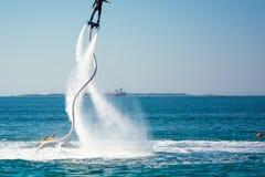 Estilo del delfín durante una demostración del flyboard Imagen de archivo libre de regalías