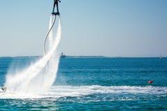 Estilo del delfín durante una demostración del flyboard Fotografía de archivo