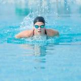 Estilo del movimiento de mariposa de la natación de la chica joven Imagen de archivo