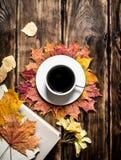 Estilo del otoño Café con un libro viejo Fotografía de archivo