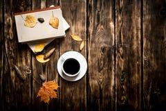 Estilo del otoño Café con un libro viejo Imagen de archivo