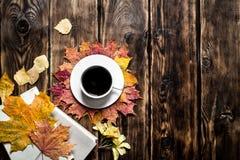 Estilo del otoño Café con un libro viejo Foto de archivo libre de regalías