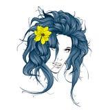 Estilo del verano Muchacha con las flores en su pelo Fotos de archivo libres de regalías