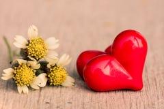 Estilo del vintage de 2 corazones rojos con los corazones de madera Imagen de archivo