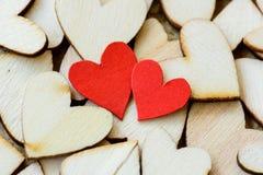 Estilo del vintage de 2 corazones rojos con los corazones de madera Imágenes de archivo libres de regalías