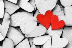 Estilo del vintage de 2 corazones rojos con los corazones de madera Foto de archivo
