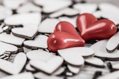 Estilo del vintage de 2 corazones rojos con los corazones de madera Foto de archivo libre de regalías