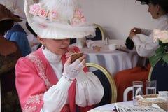 Estilo del vintage de la mujer con el lápiz labial en el restaurante Foto de archivo