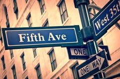 Estilo del vintage de los posts de placa de calle de la Quinta Avenida de Nueva York Fotos de archivo