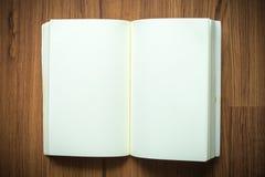 Estilo del vintage del cuaderno vacío o en blanco en fondo de madera Imagenes de archivo