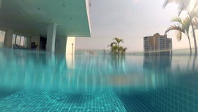Estilo desportivo do rastejamento da natação do homem novo na piscina, vista subaquática férias Câmera da ação vídeos de arquivo