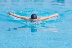 Estilo do curso de borboleta da natação da moça Foto de Stock