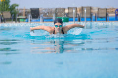 Estilo do curso de borboleta da natação da moça Imagem de Stock Royalty Free