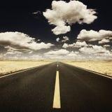 Estilo do Grunge - conduzindo na estrada velha no dia ensolarado Fotos de Stock Royalty Free