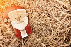Estilo do papercut de Santa no fundo do feno Imagem de Stock