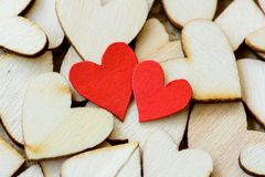 Estilo do vintage de 2 corações vermelhos com corações de madeira Imagens de Stock Royalty Free