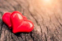 Estilo do vintage de 2 corações vermelhos com corações de madeira Fotografia de Stock