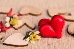 Estilo do vintage de 2 corações vermelhos com corações de madeira Fotografia de Stock Royalty Free