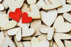 Estilo do vintage de 2 corações vermelhos com corações de madeira em um de madeira Fotografia de Stock Royalty Free