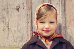 Estilo do vintage Menina bonito pequena no fundo do doo velho Imagem de Stock