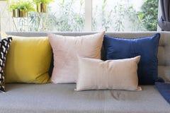 Estilo ecléctico de la sala de estar con el sofá gris y las almohadas coloridas Foto de archivo
