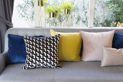 Estilo ecléctico de la sala de estar con el sofá gris y las almohadas coloridas Fotos de archivo libres de regalías