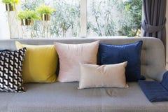 Estilo ecléctico de la sala de estar con el sofá gris y las almohadas coloridas Imagen de archivo