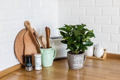 Estilo escandinavo de la cocina blanca moderna imagenes de archivo