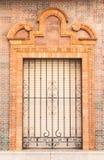 estilo espanhol tradicional da janela e do balcão do ornamento pastel do tijolo com decoração do estuque fotos de stock