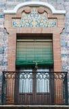 Estilo espanhol tradicional da janela e do balcão do ornamento do tijolo com decoração do estuque fotografia de stock royalty free