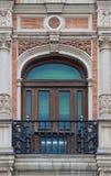 Estilo espanhol velho da janela e do balcão do ornamento do tijolo com decoração do estuque foto de stock royalty free