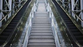 Estilo futuro da simetria dobro da escada rolante imagens de stock royalty free
