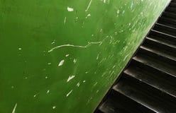 Estilo indistrial de las escaleras retras verdes Imágenes de archivo libres de regalías