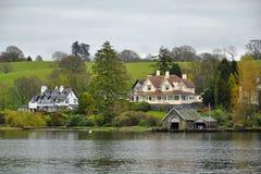 Estilo inglês: vida no banco do lago imagens de stock royalty free