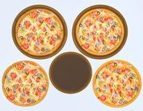 Estilo italiano do alimento, vista superior do izza que cobre com os legumes misturados na placa de corte de madeira ilustração royalty free
