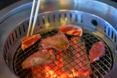 Estilo japonés de la parrilla de la carne en la leña con los wi de la fan del drenaje del humo fotografía de archivo