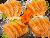 Estilo japonês do alimento, ideia superior da fatia dos salmões no rabanete e alface imagem de stock royalty free