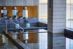 Estilo japonês dos banheiros Banho japonês Banho japonês com tipo fechado janelas foto de stock