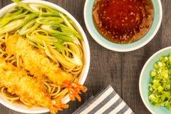 Estilo japonês Tiger Prawn Tempura Noodle Soup com cebola da mola fotografia de stock royalty free