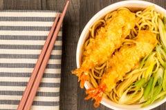Estilo japonês Tiger Prawn Tempura Noodle Soup com cebola da mola imagens de stock royalty free