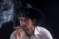 Estilo joven del gángster del sombrero del hombre que lleva negro Fotografía de archivo libre de regalías