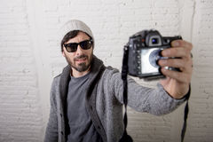 Estilo joven del inconformista del hombre del blogger que sostiene el vídeo y la foto del selfie del tiroteo de la cámara de la f Imagen de archivo libre de regalías