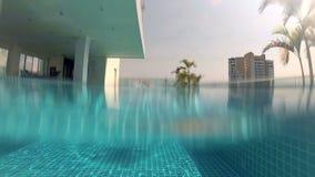 Estilo juguetón en piscina, visión subacuática del arrastre de la natación del hombre joven Vacaciones Cámara de la acción almacen de metraje de vídeo