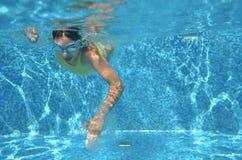 Estilo libre de la natación del nadador de la chica joven en piscina, bajo la opinión del agua, el deporte y aptitud Fotografía de archivo libre de regalías