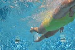 Estilo libre de la natación del nadador de la chica joven en piscina, bajo la opinión del agua, el deporte y aptitud Fotos de archivo libres de regalías