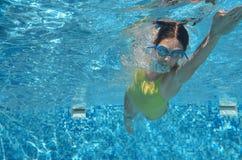 Estilo libre de la natación del nadador de la chica joven en piscina, bajo la opinión del agua, el deporte y aptitud Imágenes de archivo libres de regalías