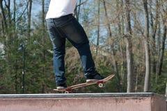 Estilo libre del skater en el parque Foto de archivo libre de regalías