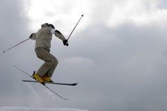 Estilo livre. Salto do esquiador da neve imagem de stock