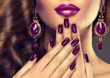 Estilo luxuoso da forma, tratamento de mãos dos pregos Imagens de Stock Royalty Free