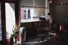 Estilo mínimo caliente de la cafetería imagen de archivo libre de regalías